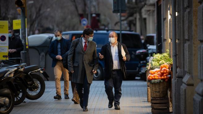El ministro de Sanidad, Salvador Illa, y el primer secretario del PSC, Miquel Iceta, caminan por la calle Consell de Cent en dirección a la sede del PSC Barcelona, en Barcelona, Cataluña (España), a 30 de diciembre de 2020.