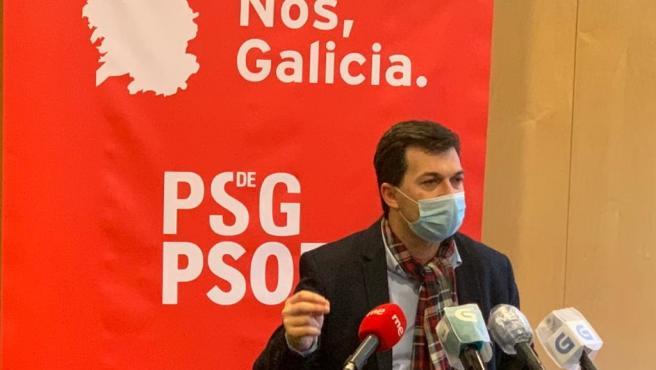 El secretario xeral del PSdeG, Gonzalo Caballero, en un encuentro informativo con los medios