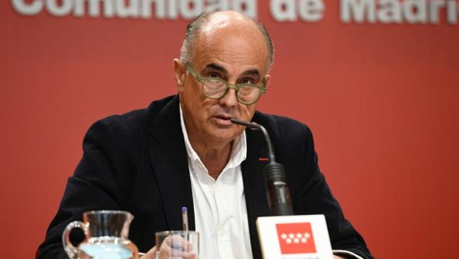 El viceconsejero de Salud Pública, Antonio Zapatero, en rueda de prensa ofrecida hoy donde ha anunciado que a partir del próximo lunes se adelanta el toque de queda de las 24.00 a las 23.00 horas y pide que en los domicilios solo haya personas convivientes.