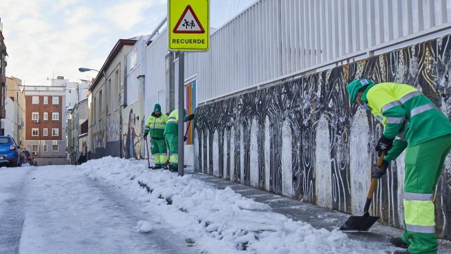 Operarios de Limpieza y Zonas Verdes del Ayuntamiento de Madrid limpian de nieve las inmediaciones del Colegio Lope de Vega