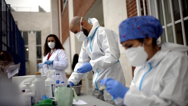 Sanitarios realizando  tests de RT-PCR en saliva a alumnos del Colegio Internacional Alameda de Osuna , en Madrid (España), a 14 de diciembre de 2020. El Colegio Internacional Alameda de Osuna, en colaboración de Health Diagnostic, Labora