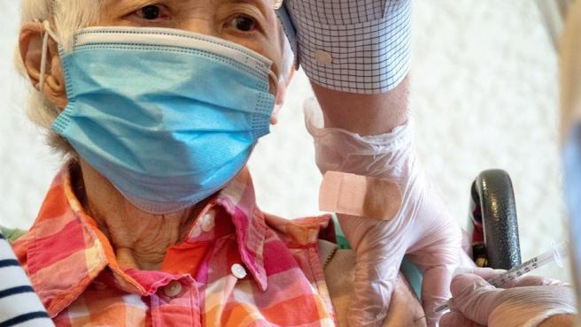Una persona recibe la vacuna de Pfizer-BioNTech contra la COVID-19 en una residencia de ancianos en Coral Gables, Florida (EE UU).