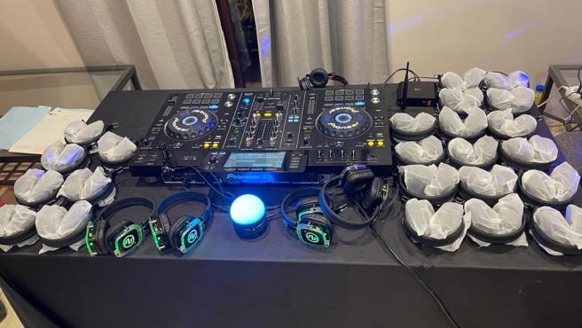 Equipos de música y auriculares incautados para la fiesta silenciosa que iba a celebrarse en un piso en Barcelona.