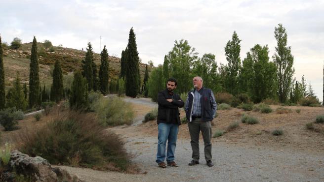 Benjamín Amo junto al historiador Miguel Caballero en Granada, en uno de las localizaciones en donde pudo ser enterrado García Lorca.