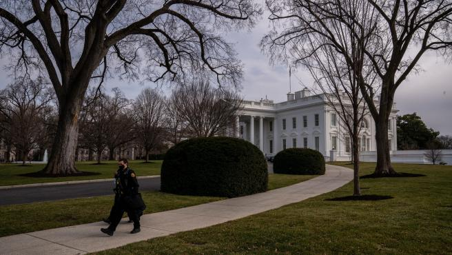 Dos agentes pasean por uno de los jardines de la Casa Blanca, este fin de semana.