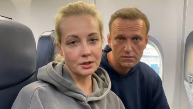 Alexei Navalni y su mujer, antes de aterrizar en Moscú.