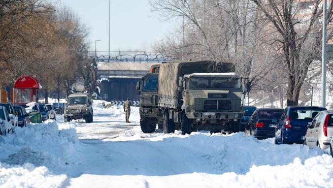 Un camión de la Unidad Militar de Emergencias (UME) colabora en la retirada de nieve y hielo