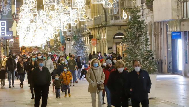 Gente pasea por el centro de Vigo durante la pasada Navidad