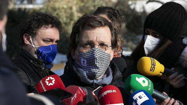 José Luis Martínez-Almeida atiende a los medios en el Retiro tras los estragos de Filomena.