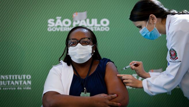 Mônica Calazans, la primera enfermera vacunada contra la Covid-19.