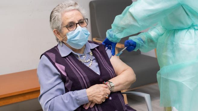 Nieves Cabo Vidal recibe a segunda dose da vacina contra a covid-19 que comeza a dispensarse na residencia de maiores Porta do Camiño de Santiago de Compostela. 17 de xaneiro de 2021
