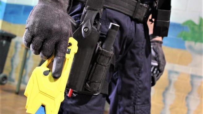 Un agente porta una pistola eléctrica en una imagen de archivo.