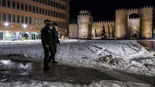 Agentes de la Policía Nacional recorren las calles de Ávila en el primer día con toque de queda a las 20.00 en Castilla y León.