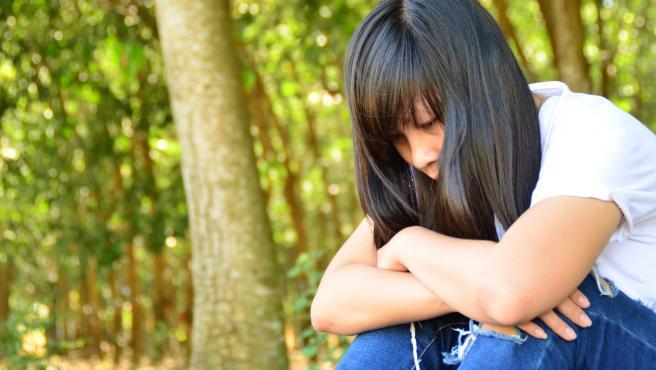 Imagen de archivo de una joven, triste.