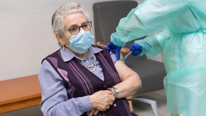 Momento en el que Nieves Cabo, residente de un centro de mayores de Santiago, recibe la segunda dosis de la vacuna de Pfizer.