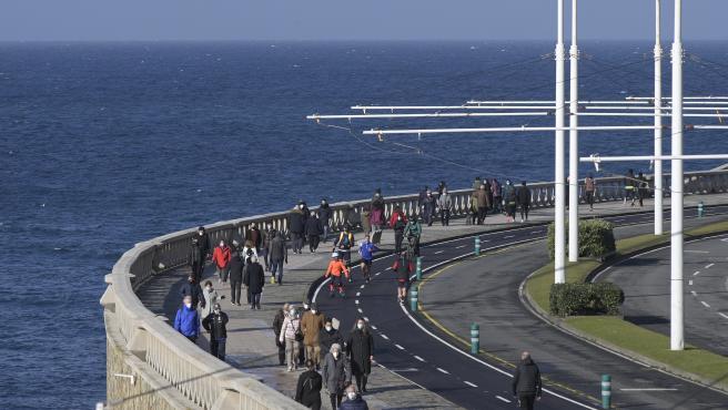 A Coruña Mientras España sufre por el temporal Filomena, en A Coruña disfrutan del sol Paseo Marítimo 10/01/2021 Foto: M. Dylan / Europa Press