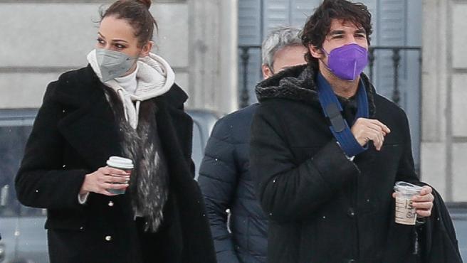 Cayetano Rivera Ordoñez y Eva Gonzalez pasean por Madrid.