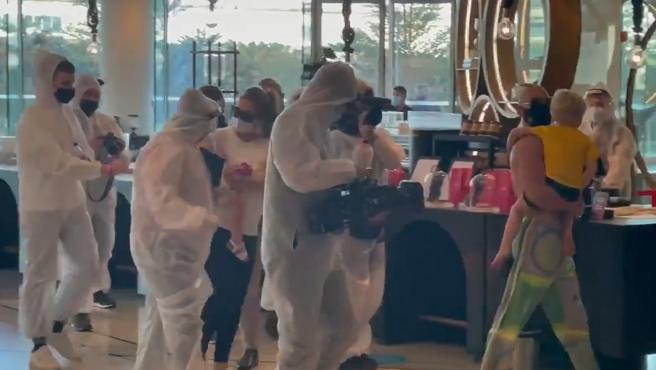 Conor McGregor llegando al hotel de la UFC en Abu Dabi.