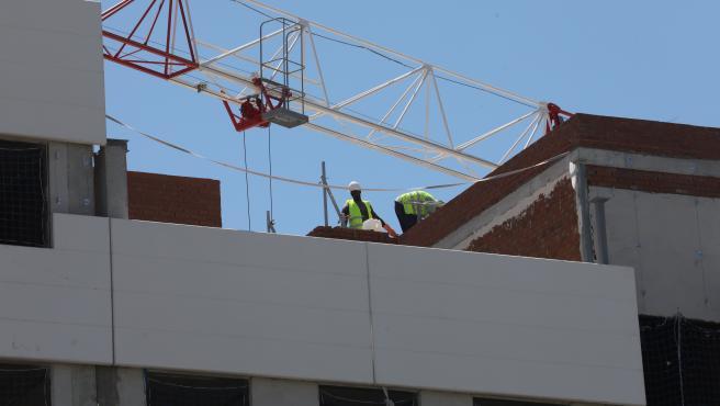Dos obreros trabajan en la construcción de un edificio en Madrid.