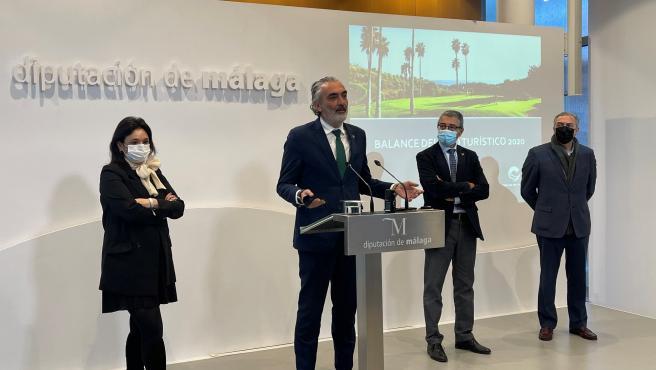 El presidente de Aehcos, Luis Callejón, atiende a los medios de comunicación en una rueda de prensa en la Diputación de Málaga