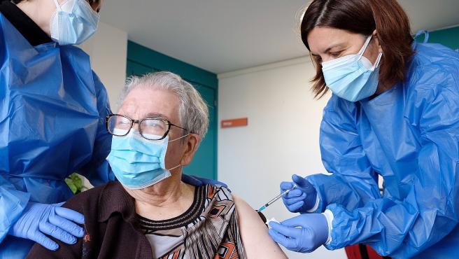 Josefa Pérez, de 89 años, la primera catalana en ser vacunada contra la Covid, recibiendo este lunes la segunda dosis de la vacuna en la residencia de L'Hospitalet de Llobregat en la que vive.