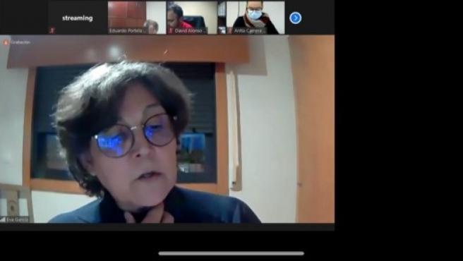 La alcaldesa de O Porriño (Pontevedra), Eva García de la Torre, teletrabajando tras verse obligada a guardar cuarentena, por haber tenido contacto con una persona de su equipo de confianza, que dio positivo en COVID-19.