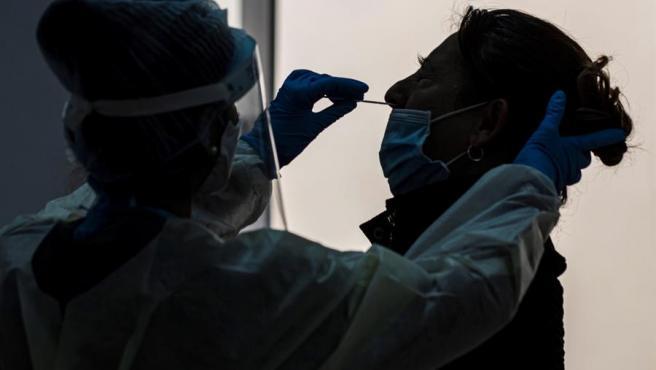 Imagen de archivo de un toma de una muestra para un test de coronavirus.