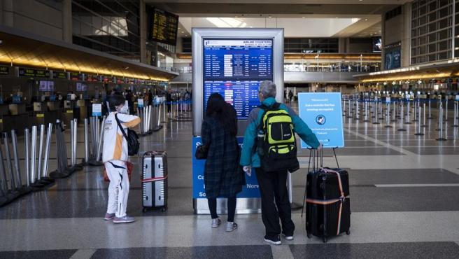 Viajeros consultan información sobre vuelos en el aeropuerto internacional de Los Ángeles, California (EE UU).