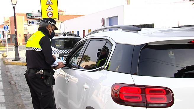 Control de la Policía Local en Santiponce (Sevilla) por el aumento de contagios