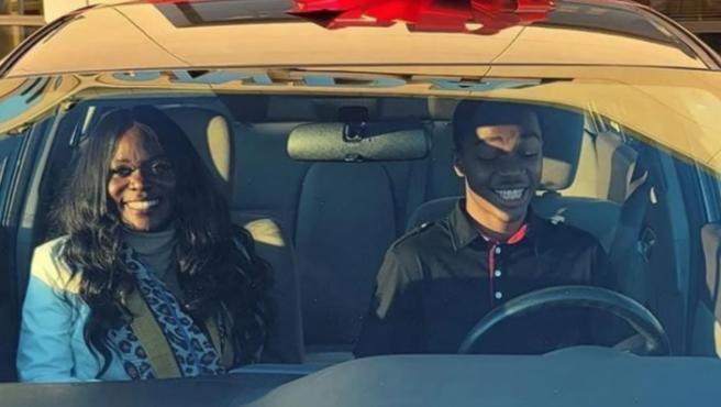 El joven, en su coche nuevo junto a la mujer.