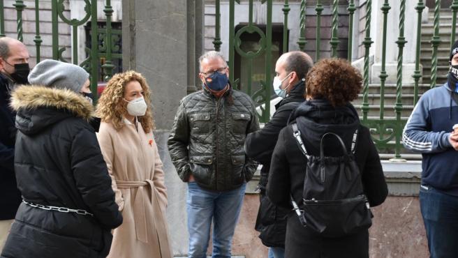 La presidenta del PP asturiano, Teresa Mallada, reunida con miembros de la plataforma de hosteleros Asturias Suma.