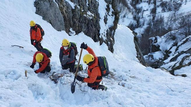 La nieve acumulada continúa dificultando el rescate del operario de carreteras sepultado por un alud.