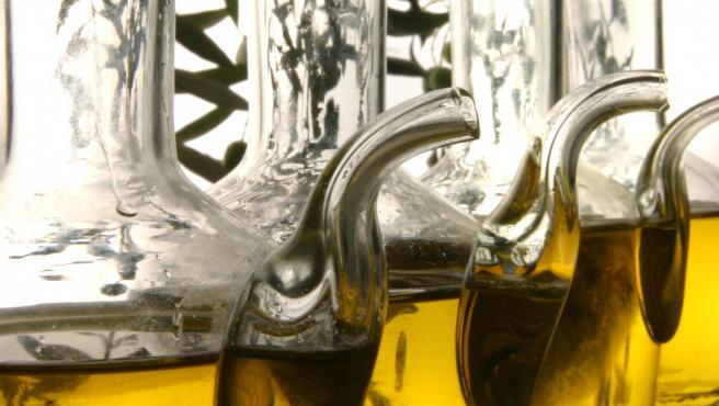 Recipientes de cristal con aceite de oliva, en una imagen de archivo.