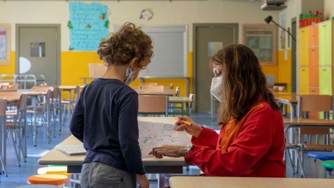Una profesora en clase con un alumno
