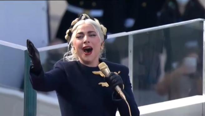 Joe Biden jura este miércoles en Washington el cargo de presidente de Estados Unidos. La pandemia ha reconducido el acto, que este año no contará con público para evitar aglomeraciones. Sin embargo, el espectáculo ha estado garantizado por la cantante Lady Gaga, quien ha interpretado un emotivo himno.