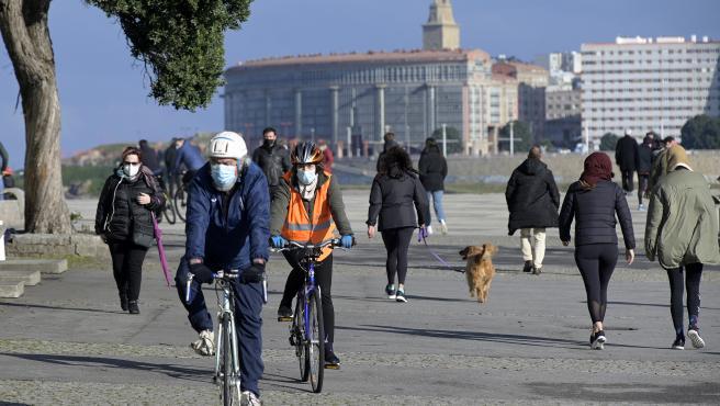 A Coruña Mientras España sufre por el temporal Filomena, en A Coruña disfrutan del sol Personas disfrutando del buen día en Las Esclavas 10/01/2021 Foto: M. Dylan / Europa Press