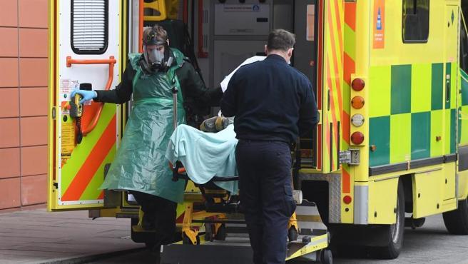 Imagen de archivo de una ambulancia que traslada a un paciente con Covid en su interior.