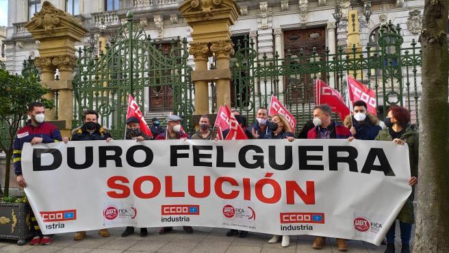 Concentración de los trabajadores de Duro Felguera ante la Junta General para pedir la participación de la SEPI en la compañía.
