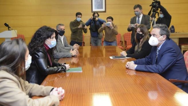 El alcalde de Torremolinos (Málaga), José Ortiz, y la consejera de Igualdad y Políticas Sociales, Rocío Ruiz.