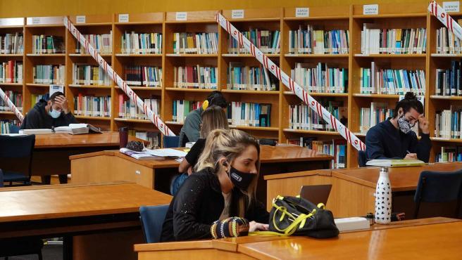Estudiantes en la Biblioteca General de la Universidad de Málaga (UMA)