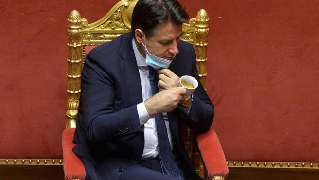 El primer ministro italiano, Giuseppe Conte, bebé café durante la sesión para la votación de confianza del Senado a su Gobierno.