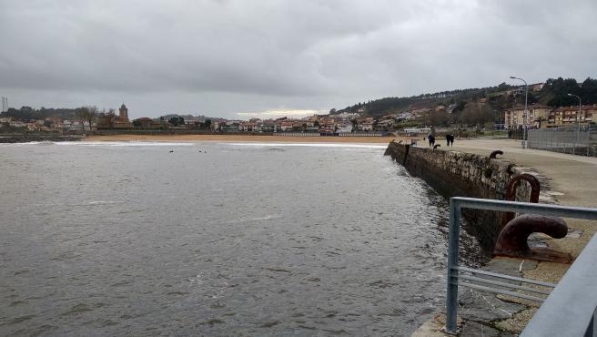 Imagen de archivo del mar Cantábrico en Luanco, puerto, pesca, oleaje, fenómenos costeros, barcos, temporal