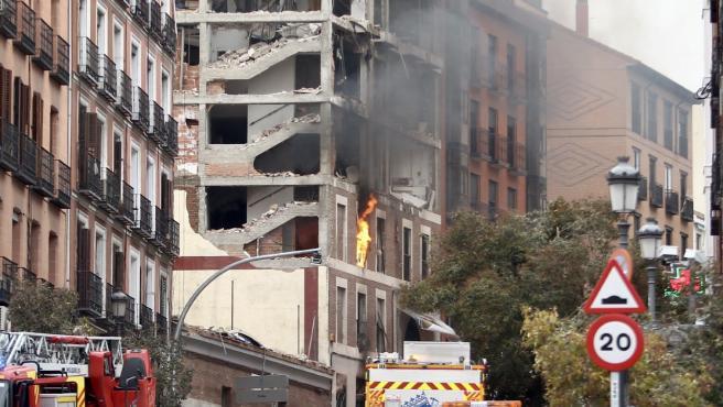 El edificio arde en llamas.