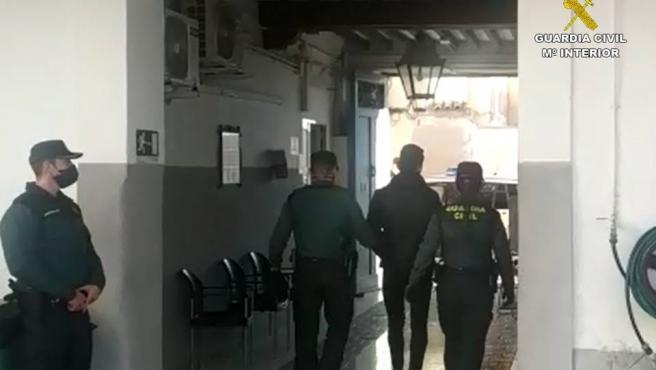 La Guardia Civil ha detenido a seis hombres por la agresión a un vecino de San Juan de Alicante al que presuntamente engañaron para que fuera a un parque y poder robarle así los 900 euros de premio que había ganado en un salón de juego