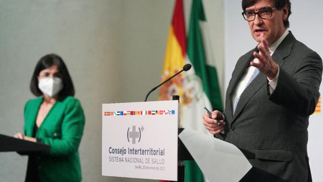 Los ministros Carolina Darias y Salvador Illa, este miércoles, en Sevilla, donde se ha celebrado el Consejo Interterritorial.