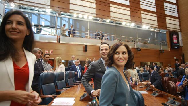 Los portavoces de Vox, Rocío Monasterio (i) y Ciudadanos, Ignacio Aguado, en la Asamblea de Madrid junto a la candidata del PP a la Presidencia de la Comunidad, Isabel Díaz Ayuso (d), antes de la primera sesión del segundo pleno de la i