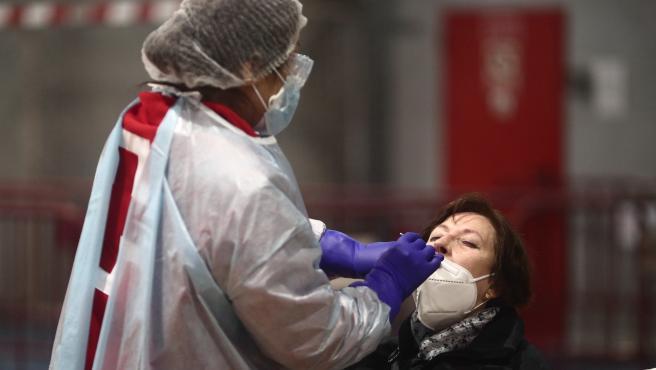 Un sanitario realiza test de antígenos