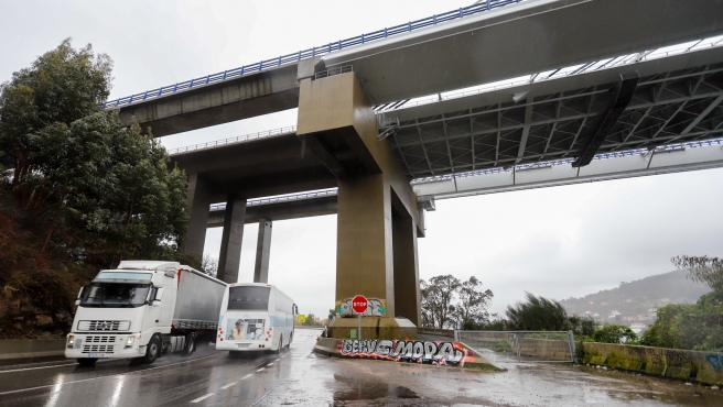 Varios coches pasan por debajo del Puente de Rande tras el desplome de un elevador, en Vigo, Pontevedra, Galicia (España), a 20 de enero de 2021