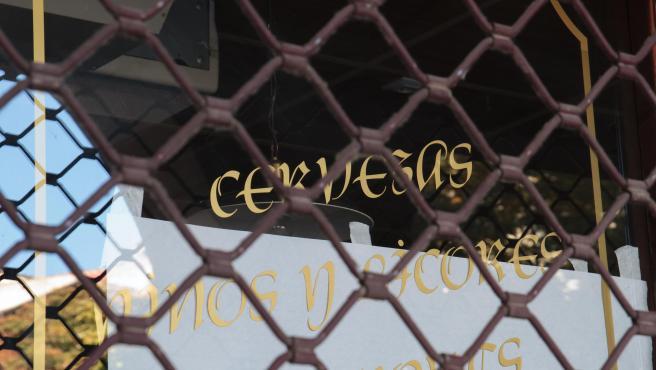 Verja bajada de un establecimiento cerrado en Logroño, La Rioja (España), a 30 de octubre de 2020. Hoy entran en vigor nuevas medidas restrictivas en La Rioja