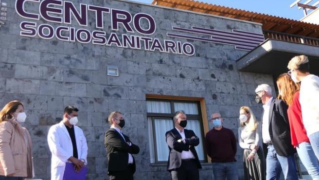 El presidente del Gobierno de Canarias, Ángel Víctor Torres, en una visita al centro sociosanitario de Echedo